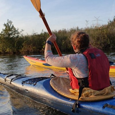 kanuten der kanuabteilung paddeln auf der ochtum