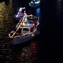 belaeuchtetes motorboot des wassersportvereins warturm bei der maritimen woche