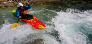 kanutin paddelt im wildwasser