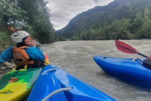 paddler beim wildwasserfahren