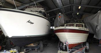 Eingelagerte Motorboote